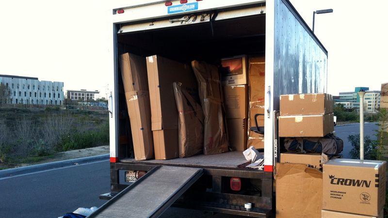 اثاث خانه بسته بندی شده در داخل کامیون